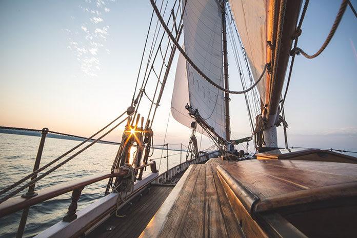 Dlaczego warto wynająć jacht na mazurach